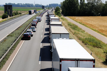 Verkehrsstau mit Rettungsgasse