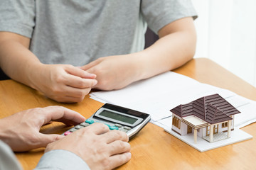 Calculating mortgage rates per monthly for home loans from banks and bank staff as well as the person who presses the calculator and issues a payment schedule