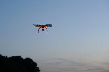 Drohne in der Dämmerung