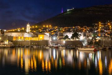 Dubrovnik am Abend mit Blick auf den Hafen und Seilbahn auf den Srd