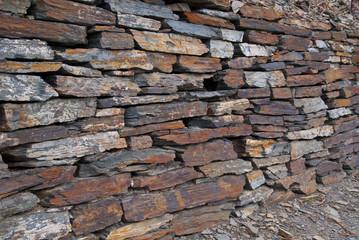 Mauer aus Schieferplatten
