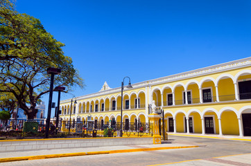 Fototapete - Yellow Colonial Building in Campeche