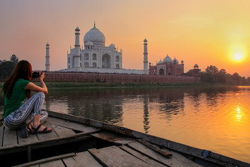 Woman watching sunset over Taj Mahal from a boat, Agra, India Fotomurales