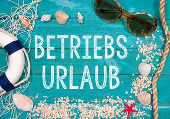 Betriebsurlaub, Betriebsferien, Sommerurlaub, Sommerferien - Holzbretter mit Strand Utensilien