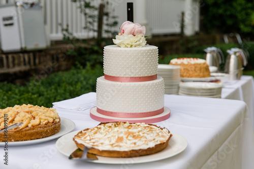 Hochzeitstorte Und Kuchenbuffet Auf Hochzeit Stock Photo And