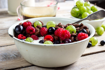 Chocolate cornflakes with berries