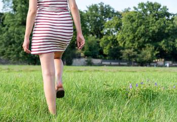 Frau läuft über Wiese
