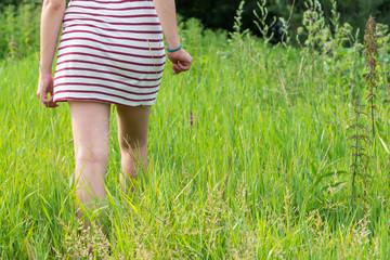 Frau läuft durch hohes Gras