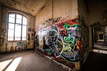 Graffiti und ein Fenster im Lost Place in Hannover