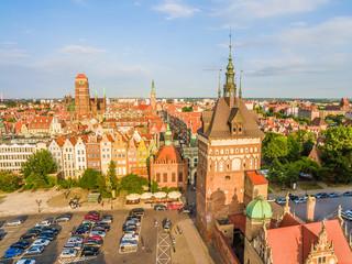 Gdańsk - stare miasto. Krajobraz miasta z Wieża Więzienną i Bazylika Mariacką widoczna w oddali.