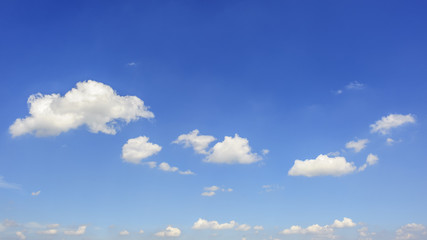 Weiße Wolken auf blauem Himmel