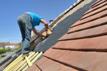 couvreur sur un toit pour rénovation toiture