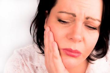 Brünette Frau mittleren alters hat starke Zahnschmerzen Zahnweh
