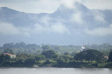 Landschaft und Szenen am Ufer des Mekong in Thailand und Laos