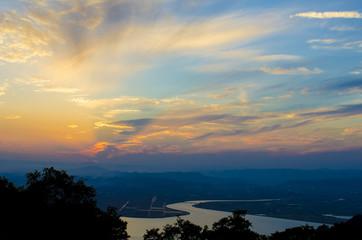 山頂から見る岡山市街地と旭川の夕暮れ風景