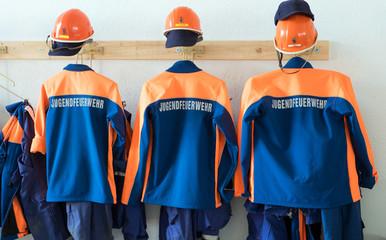 Feuerwehr / Uniform der Jugendfeuerwehr in einem Gerätehaus