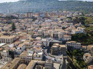 Vista aerea di Pizzo Calabro, castello, Calabria, turismo Italia. Vista panoramica della cittadina di Pizzo Calabro vista dal mare. Case sulla roccia. Sulla scogliera si staglia il castello aragonese