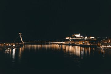 Blick über die Donau auf Bratislava bei Nacht, Slowakei