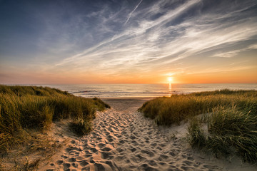 Wall Mural - Weg zum Strand im Sonnenuntergang