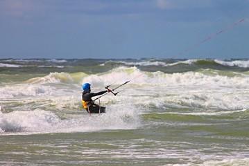 Kitesurfer in den Wellen der Nordsee