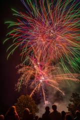 Fest Feuerwerk Großfeuerwerk Finale mit Zuschauern im Vordergrund - Celebration fireworks Large fireworks finale with spectators in the foreground