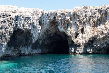 Der Eingang zur grünen Grotte in Kroatien