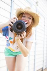fröhliche fashion bloggerin mädchen