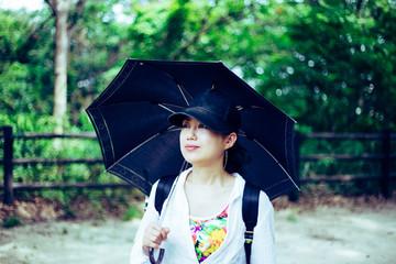 自然の中を歩く日本人女性