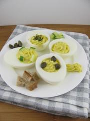 Variation von gefüllen Eiern