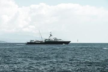 Yacht face à un voilier en mer méditerranée
