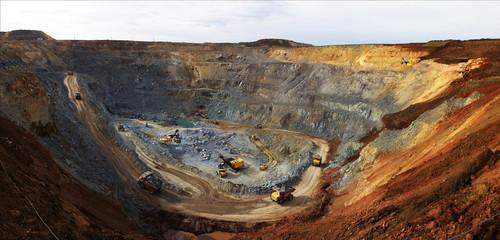 Карьер добычи руды для золотодобывающей компании. Wall mural