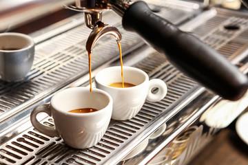 Espressomaschine bfüllt zwei Tassen