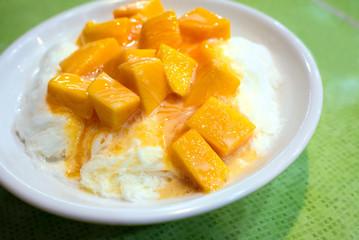Shaved ice dessert with fresh mango, Taipei, Taiwan 台湾のマンゴーかき氷