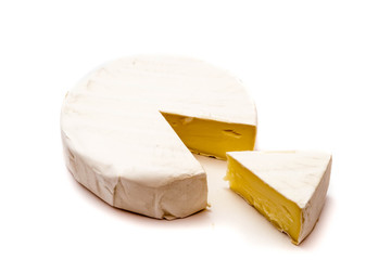 camembert weißschimmelkäse schimmelkäse isoliert freigestellt auf weißen Hintergrund, Freisteller