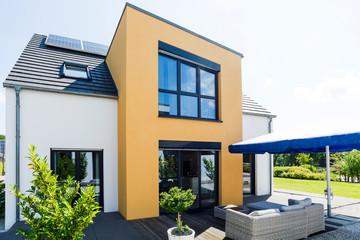 weiß - gelbes Einfamilienhaus