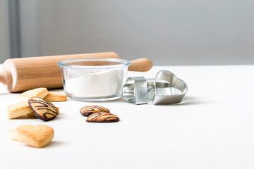 Gebäck Kekse mit Schokolade in Herzform liegen nach dem Backen mit Nudelholz dekorativ mit Backformen