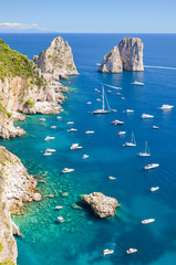 wspaniały pejzaż klifów na wyspie capri, włochy