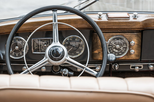 interior of a mercedes benz 170 S - oldtimer