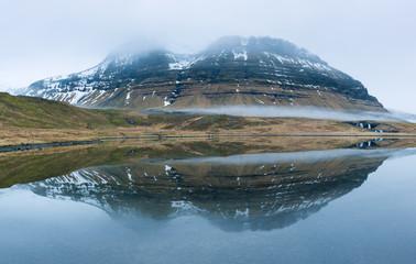 Aluminium Prints Reflection Montagne innevate fra le nuvole con riflesso sulla laguna, Islanda
