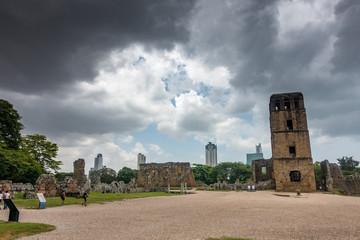 Skyline von Panama City mit den Ruinen von Panama Viejo