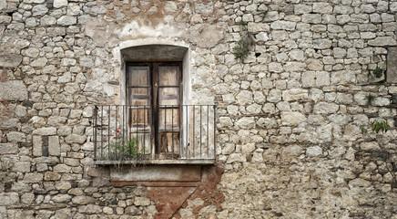 balcón y piedras / balcony and wall