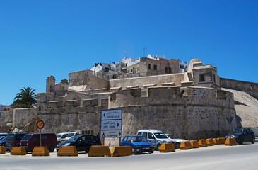 Foto op Canvas Marokko Marocco: le antiche mura della medina di Tangeri, la città sulla costa del Maghreb all'ingresso occidentale dello stretto di Gibilterra, dove il Mar Mediterraneo incontra l'Oceano Atlantico