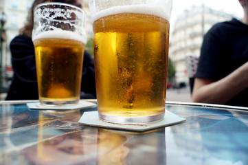 Bicchieri di birra sul tavolino al bar
