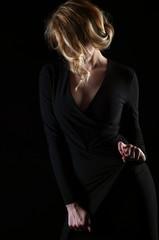 Красивая молодая блондинка в черном платье