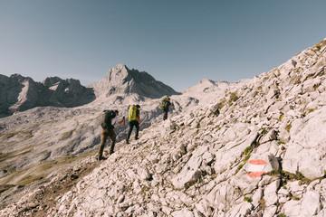 Wanderer auf dem Weg über das Zugspitzplatt auf die Zugspitze, Deutschland