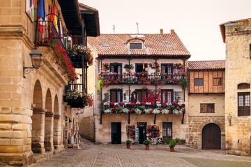 Calles y plazas pintorescas y medievales en Santillana de Mar, Cantabria, España Wall mural