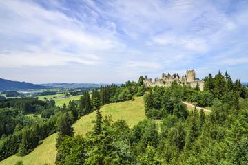 Blick auf die Burgruine Hohenfreyberg im Allgäu
