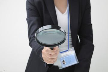ビジネスイメージ 大きな拡大鏡を持つ女性