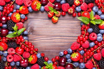 Herz aus frischen Beeren auf Holz