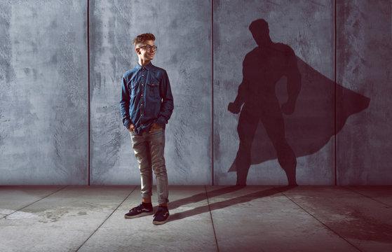 Kind mit Schatten in Heldenform